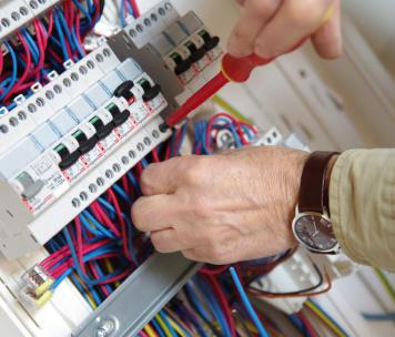 Travaux d'électricité sur un compteur